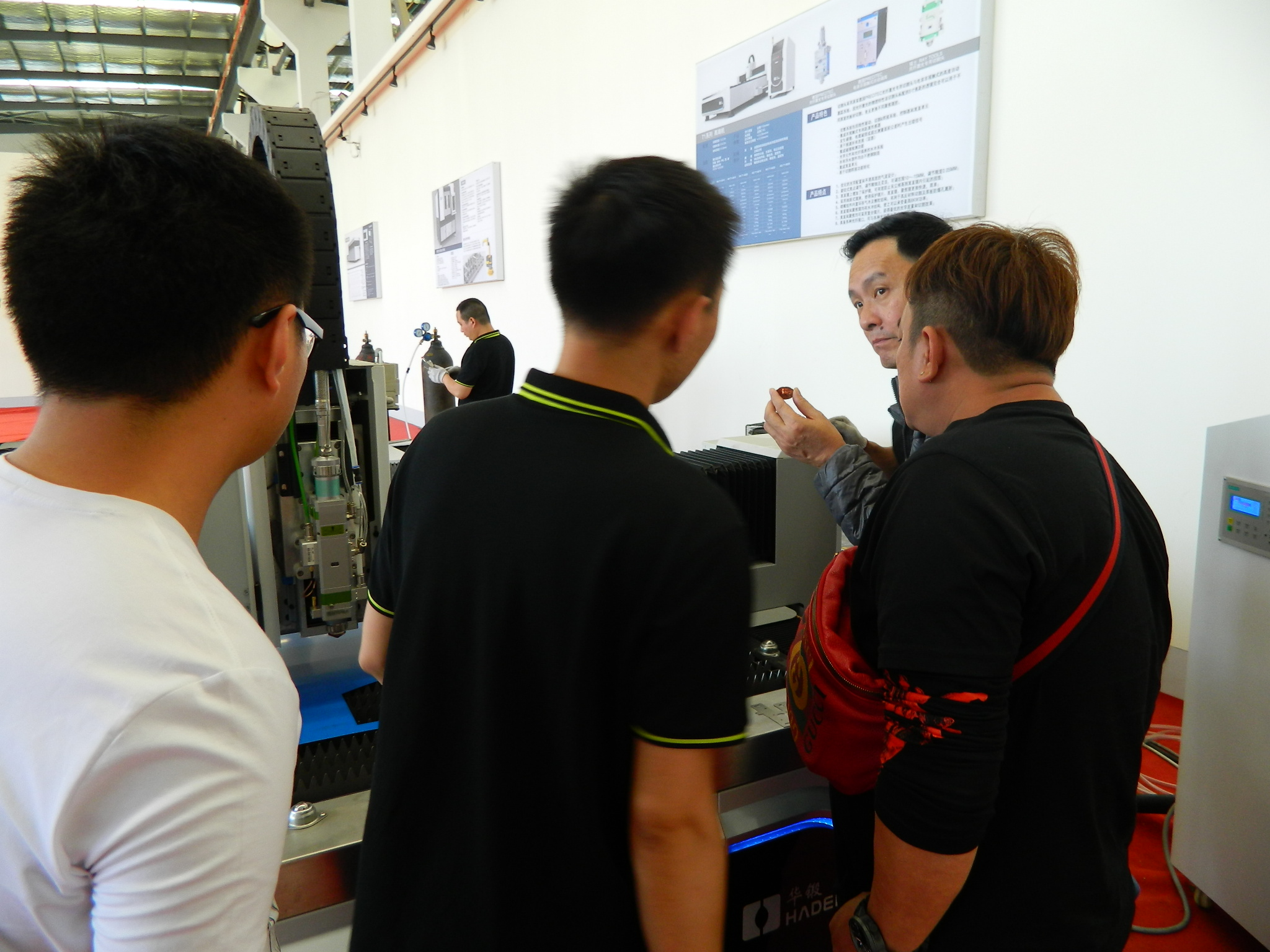 Welcome Singapore customers to visit our factory for fiber laser cutting machine